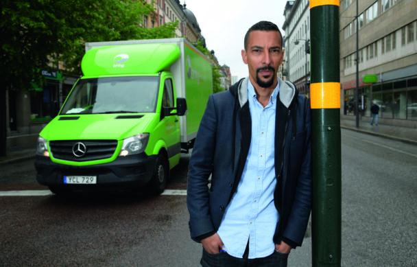 Markus Pettersson på en gata utomhus