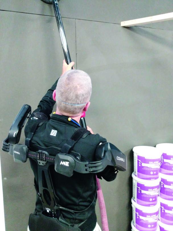 En person arbetar med exoskelettet på