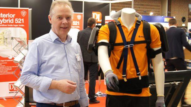 Arne Urskov visar upp produkten på Målarmässan
