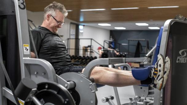 Patrik Andersson tränar benen på gymmet
