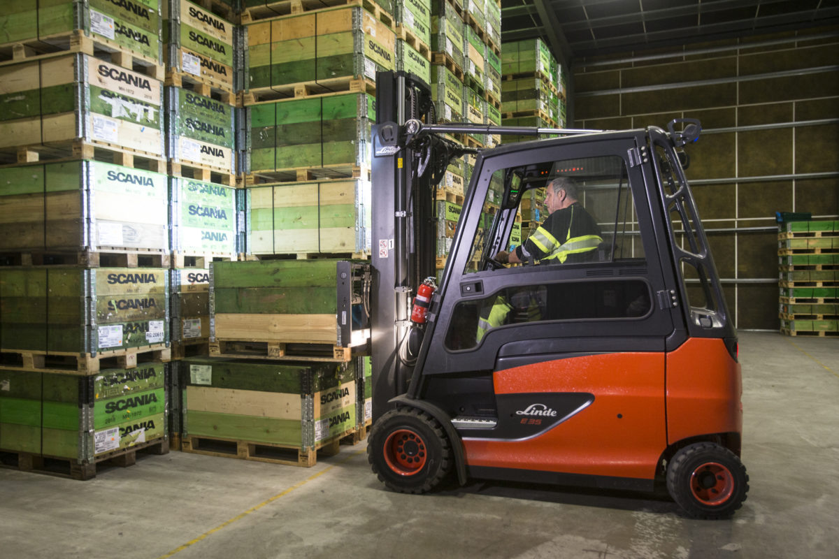 En truckförare arbetar med lådor
