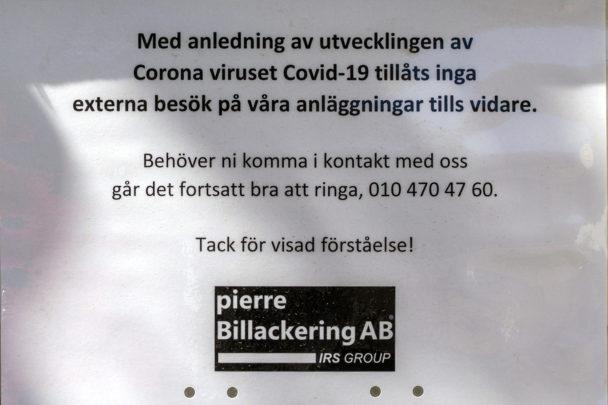 """En informationslapp där det står: """"Med anledning av utvecklingen av coronaviruset covid-10 tillåts inga besök på våra anläggningar tills vidare. Behöver ni komma i kontakt med oss går det fortsatt bra att ringa 010-4704760. tack för visad förståelse!"""""""