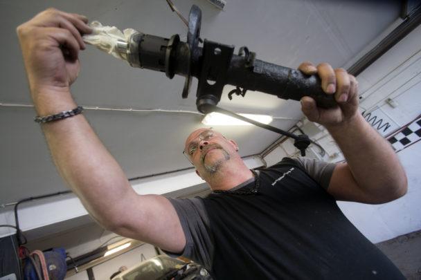 Karl-Gustav Klase arbetar med bildelar