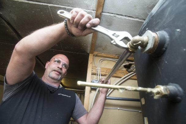 Karl-Gustav Klase arbetar med en skiftnyckel