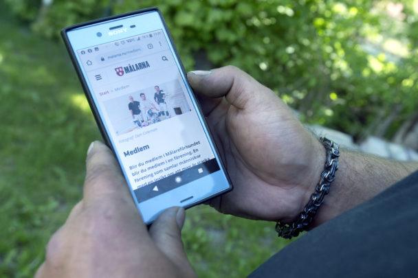 Karl-Gustav Klase håller i sin mobiltelefon