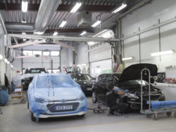 Bilar i en verkstad