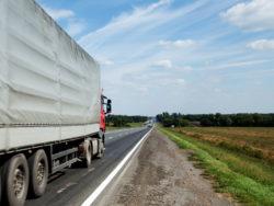 En lastbil som åker på en landsväg