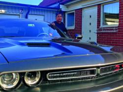 Linda Bengtsson invid sin Dodge Challenger