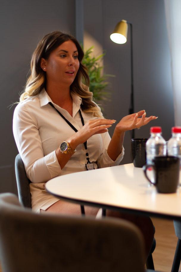 Natalie Kjellander vid ett bord