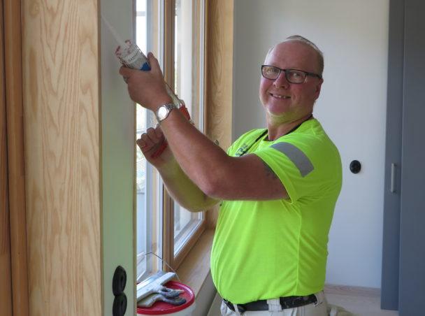 Patric Lundgren arbetar invid ett fönster