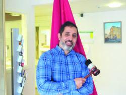 Jamal Elmourabit hållandes en ordförandeklubba