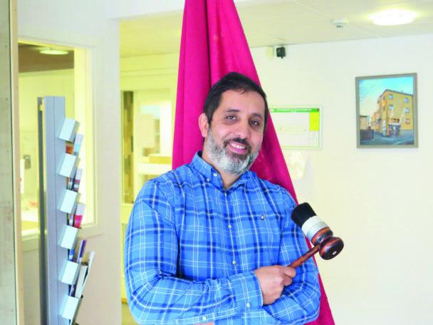Jamal El Mourabit hållandes en ordförandeklubba