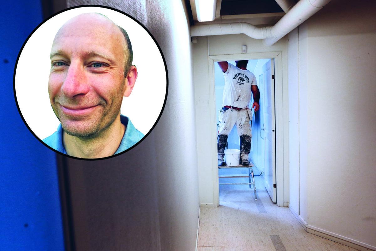 En bild på en person som målar ett tak, med ett foto på Stefan Oliv monterat över