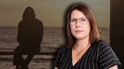 Silhuetten av en ensam person på en bänk, med ett foto av Helena Forsberg monterat över