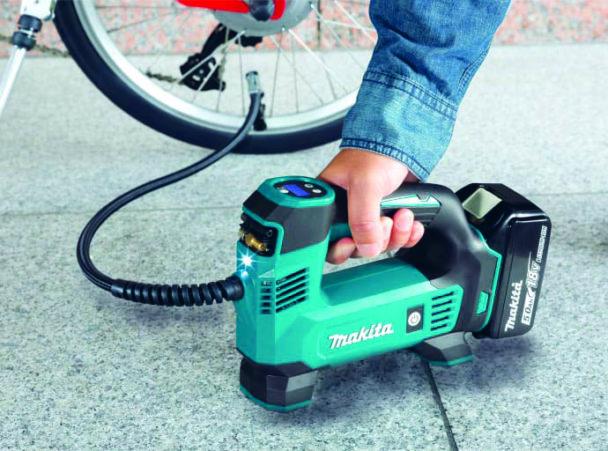 Kompressorn testas på ett cykeldäck