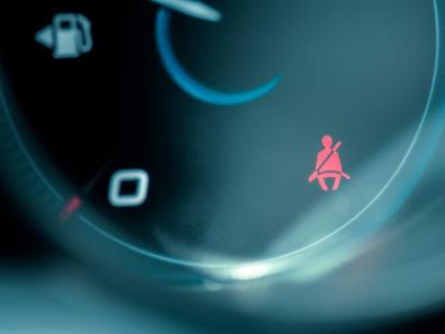 En tänd varningslampa för avsaknad av bilbälte