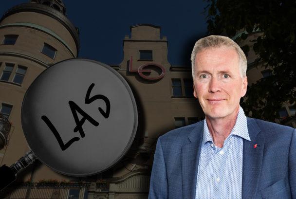 LO-borgen i Stockholm, ett förstoringsglas monterat över som zoomar in på ordet Las. Ett porträtt av Mikael Johansson är monterat till höger.