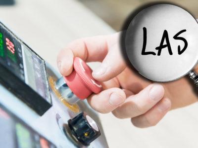 En hand som trycker på en nödstopp-knapp