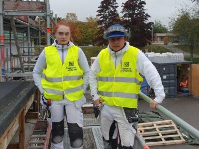 Moa Mörk och John Sandberg Halttu på ett bygge