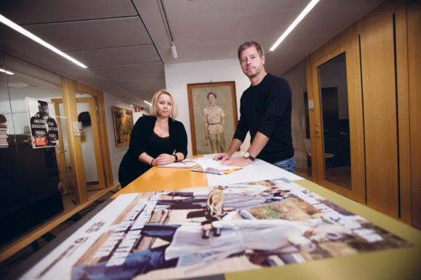 Peter Sjöstrand och Linda-Li Käld vid bortre kortsidan av ett långt bord