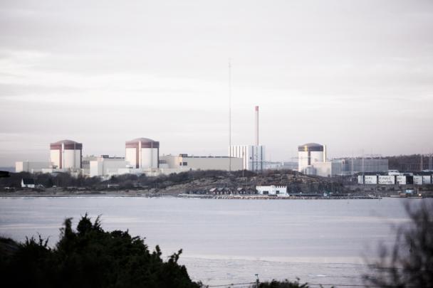 Ringhals kärnkraftverk på andra didan av en sjö