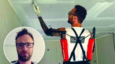 Johnny Brandborg arbetar mad takmålning med exoskelettet på sig