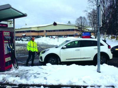 Jan-Crister Riggo invid sin elbil, omgiven av snö