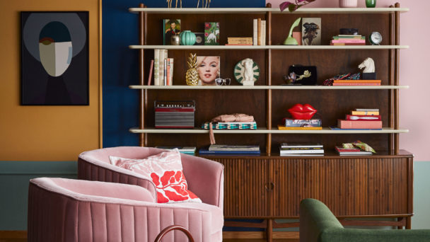 Ett rum inrett med jordnära färger