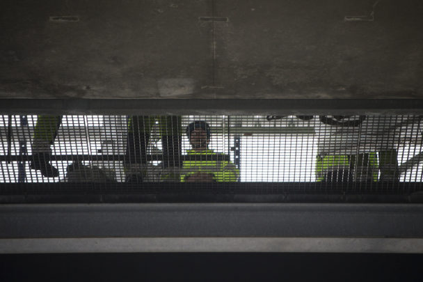Personer synliga bakom ett galler