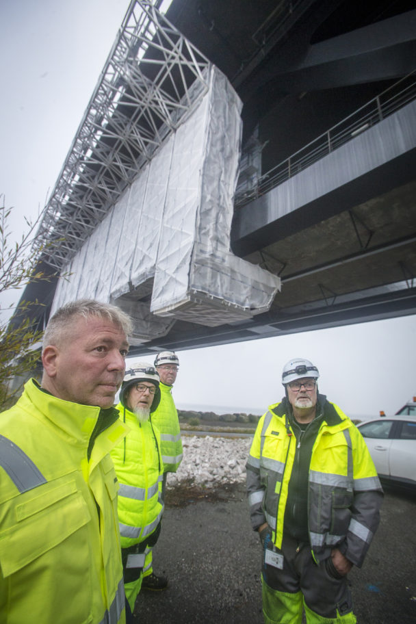 Arbetslaget nedanför bron