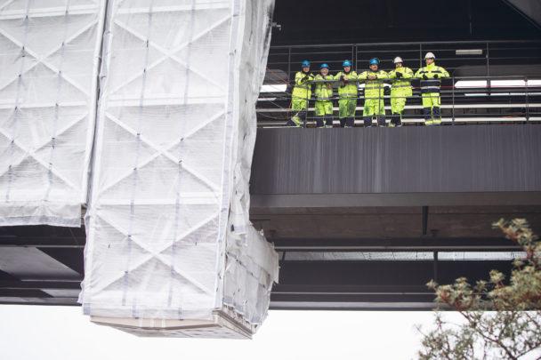 Gruppbild på arbetsgruppen uppe på bron, ur grodperspektiv