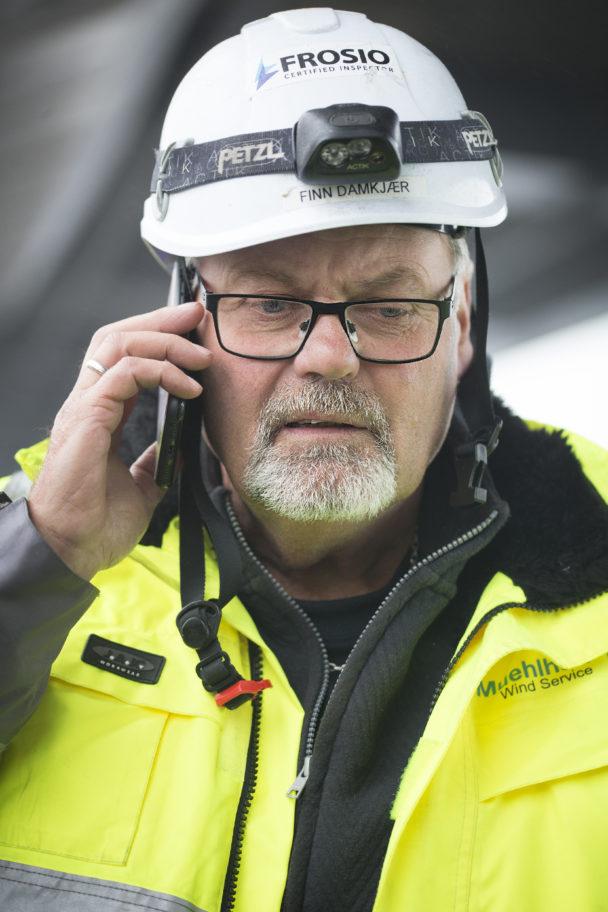 Finn Damkjär pratar i telefon
