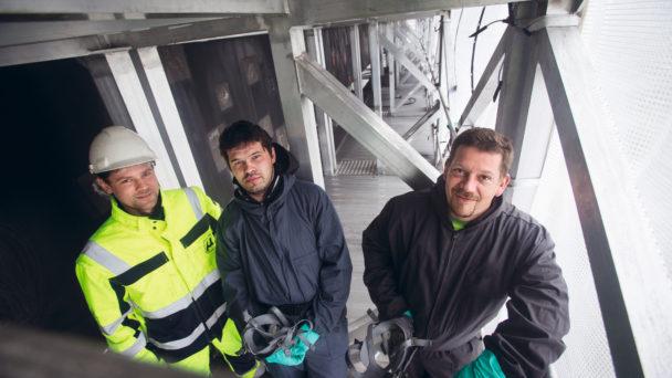 Sebastian Lubinski, Michat Suchmiel och Artur Szajdzinski sedda uppifrån på arbetsplatsen