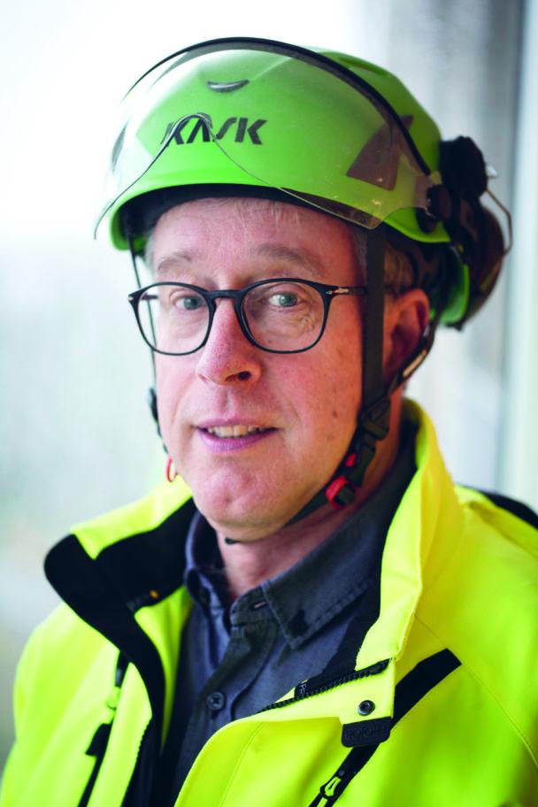 Lars Jonsson i grön hjälm och gul jacka