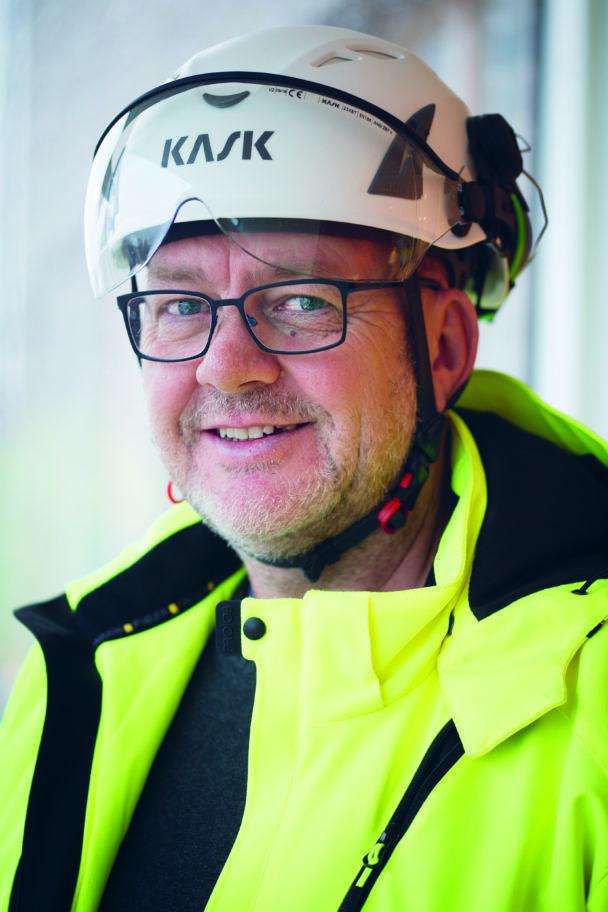 Sven-Erik Östberg i vit hjälm och gul jacka
