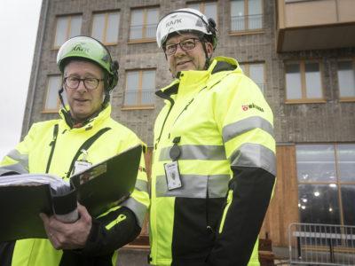 Lars Jonsson och Sven-Erik Östberg utanför ett lägenhetshus