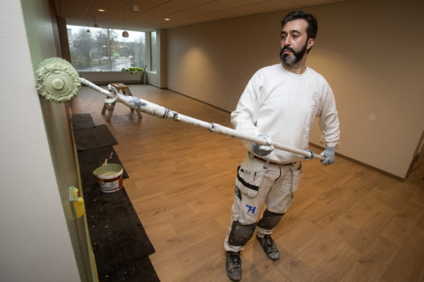 Mohamad Hamid rollar en vägg