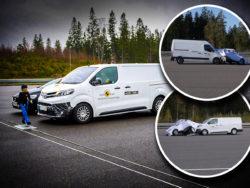 En vit skåpbil vid en startlinje, och en person i hjälm som går framför den. Två mindre bilder av krockade bilar är monterade över fotot.