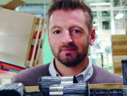 Fredrik Heinsjö bland penslar och färgburkar