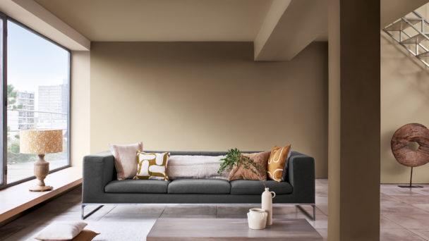 Ett vardagsrum med färgen Brave Ground på väggen.