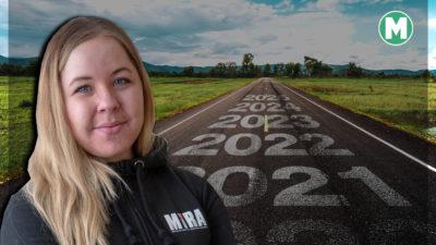 Ett foto på Jenny Störvold monterat framför en landsväg med olika framtida årtal skrivet på asfalten
