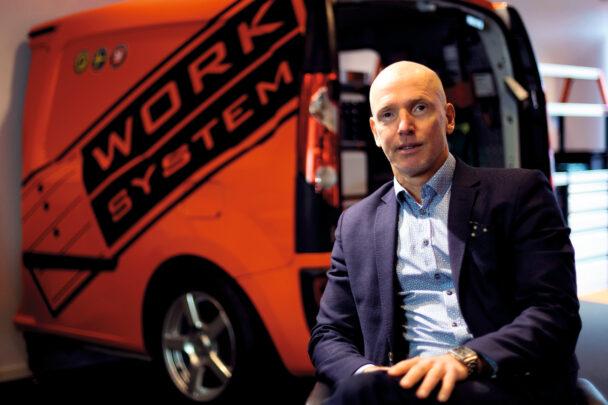 Bengt Rimark framför en röd skåpbil med Worksystems logga på