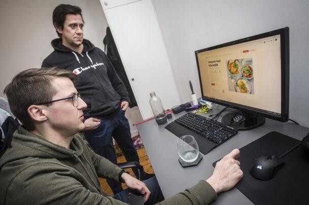 Stefan och Emil letar recept på datorn
