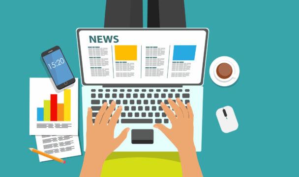 en tecknad person sitter med en laptop I knät och läser nyheterna