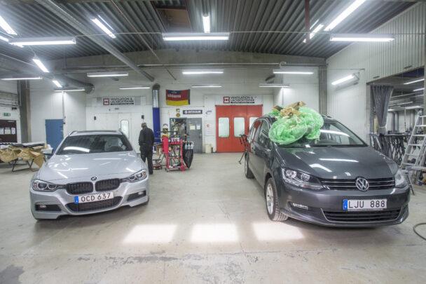 Bilar i en verkstadshall