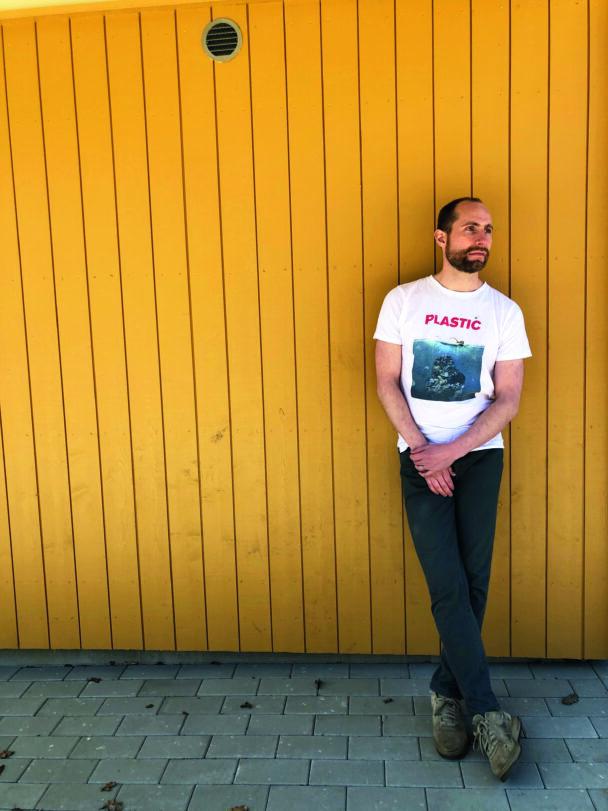 Max Gustafson framför ett gult plank