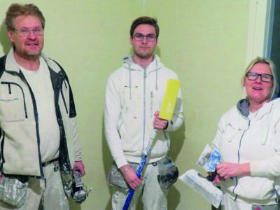 Gruppbild på Olof Jansson, Filip Ignell och Merit Mattson i arbetskläder inomhus.