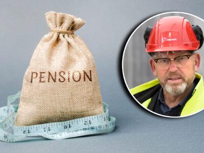 """En jutesäck med ordet """"Pension"""" på, med ett måttband kring. En bild på Byggnads ordförande Johan Lindholm är monterad bredvid."""
