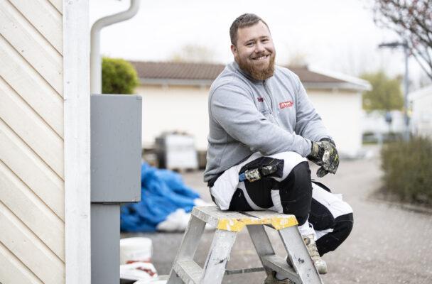 Ricky Johansson sitter på en stegpall utomhus.