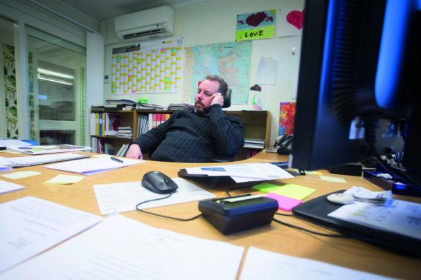 Magnus Olsson sitter bakom sitt skrivbord på kontoret